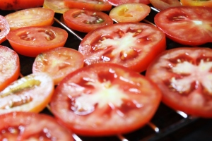 sliced tomatoes ready to sun dried
