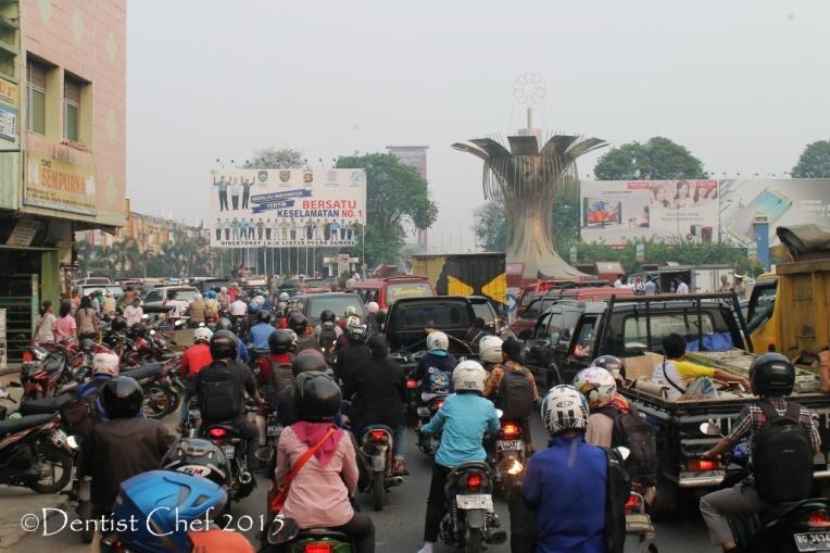 kabut asap kemacetan jalan raya palembang